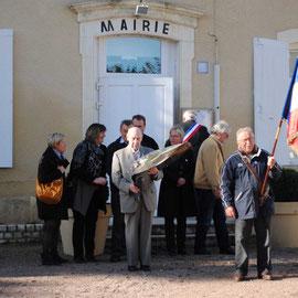 Mr Vigier Henri Porte drapeau Mr Vasseur Robert ancien combattant et le conseil municipal