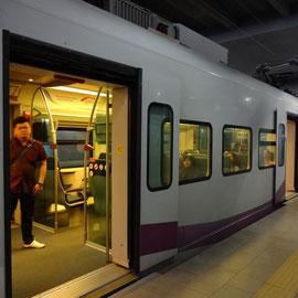 空港から中心都市へはとってもキレイな特急電車で1本でした