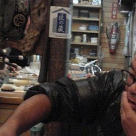 隣に座ったひぐまPと盛り上がる「一輪車おじさん」(向井章氏)。