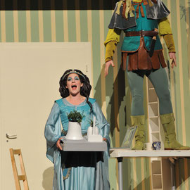 """Mary Ann"" in ""Robin Hood"" (Frank Schwemmer) am Badischen Staatstheater Karlsruhe 2012, als ""Robin Hood"" Steven Ebel, Foto: Jochen Klenk"