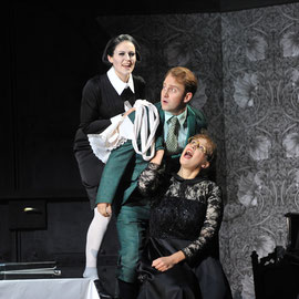 """""""Hannchen in """"Vetter aus Dingsda"""" (Künneke) am Badischen Staatstheater Karlsruhe 2012, als """"Julia"""" Veronika Pfaffenzeller, als """"Egon"""" Max Schäffer"""
