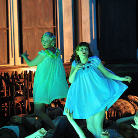 """""""Second Niece"""" in """"Peter Grimes"""" (Britten) am Badischen Staatstheater Karlsruhe 2013, als """"First Niece"""" Melanie Spitau, Foto: Jochen Klenk"""