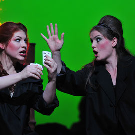 """Frasquita"" in ""Carmen"" (Bizet) am Badischen Staatstheater Karlsruhe 2013, als ""Mercedes"" Sarah Hudarew, Foto: Jochen Klenk"