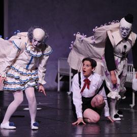 """""""Polstersessel"""" in """"Das Kind und die Zauberdinge"""" (Ravel) am Badischen Staatstheater Karlsruhe 2014, als """"Kind"""" Christina Bock, als """"Lehnstuhl"""" Yang Xu, Foto: Jochen Klenk"""