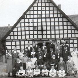 Hochzeitsfoto vorm Bauernhaus