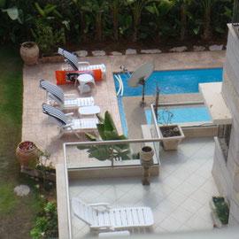 Vue sur la piscine privée des voisins du dessous