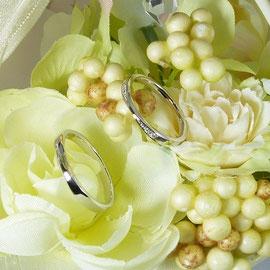 スマートデザインのプラチナペアリング ダイヤ付き女性用、地金のみ男性用ともに73.000円。ゴールドの場合71.000円