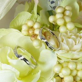 シルキーデザインのプラチナペアリング ダイヤ付き女性用、地金のみ男性用ともに73.000円。ゴールドの場合71.000円