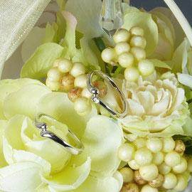 ヒーリングデザインのプラチナペアリング ダイヤ付き女性用、地金のみ男性用ともに73.000円。ゴールドの場合71.000円