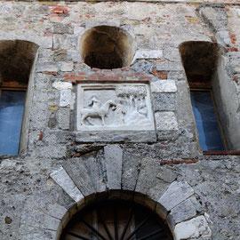 聖ガルガーノの生家正面の扉上部には騎士であった彼の姿をほどこした彫刻 トスカーナ修道院めぐり サンガルガーノ