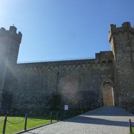 五角形の城塞 モンタルチーノの街の様子 トスカーナ修道院めぐり サンタアンティモ修道院