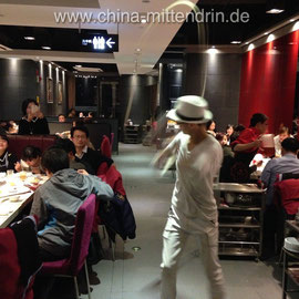 Nudel-Tanz in einem Haidilao-Restaurant in Fuzhou, Fujian (China)
