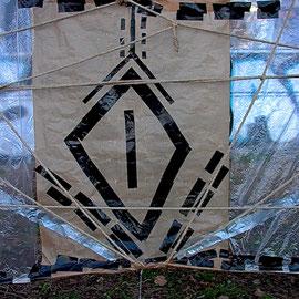 Monika Maria Nowak, Installation o.T. I (Ausschnitt), Klebeband auf Fettpapier, Plastik-Folie und Natur-Strick, Fichtenstämme, 600x160cm