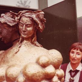 In der Stuttgarter Kunstakademie. Mit dem Bronzeguss natur der Weinbrunnenskulptur, 1979