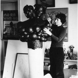 Im Atelier. Mit dem Wachsmodell der Weinbrunnenskulptur, 1978