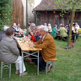 Gemütliches Beisammensein im Schlosshof