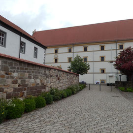 Der Hof der Amtskellerei mit dem Schüttbau (hinten quer) und dem Amtshaus (links).
