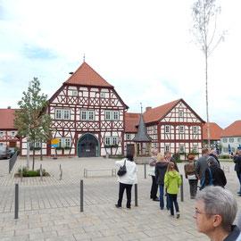 Zum Abschluss erhielten wir noch eine kurze Führung über den Marktplatz mit historischem Rathaus.