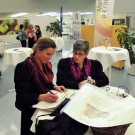 """Anneke Schilling und Monika Lindner am Stand der Freiwilligenbörse """"Gute Geschäfte Schweinfurt"""""""