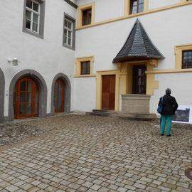 Ein Blick auf den Fürstenbau mit freigelegtem Brunnen und die drei Eingangsportale des Amtshauses.