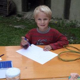 """Weiterhin konnten die Kinder sich in der Mal- und Bastelecke vergnügen, dabei ihr """"Traumschloss"""" malen ..."""