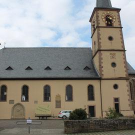 """Wegen der unsicheren Witterung wurde das Konzert """"Sagenhaft"""" der Heimatkapelle Michelau vom Schlosshof in die Pfarrkirche verlegt."""