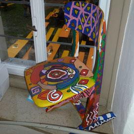 """Für das Projekt """"Farbe"""" der örtlichen Schule wurden auch Stühle künstlerisch bemalt."""