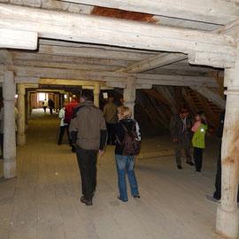 Unter dem Dach befinden sich drei weitere Stockwerke, die ebenfalls als Lagerraum dienten.