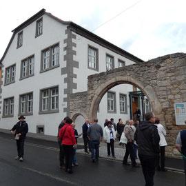 Das Amtshaus aus der Straßenansicht. Während der Führung wurde angeregt über verschiedenen Nutzungsmöglichkeiten diskutiert und Parallelen zum Schlossgelände gezogen.