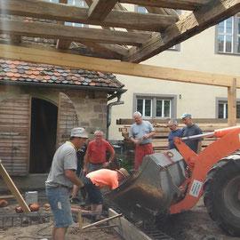 Der Beton wurde mit dem Radlader in den Schlosshof gebracht.