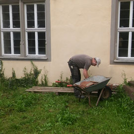 Die brauchbaren Ziegel haben wir aussortiert. Außerdem haben wir auch einige der alten handgestrichenen Biberschwanzziegel aufgehoben.
