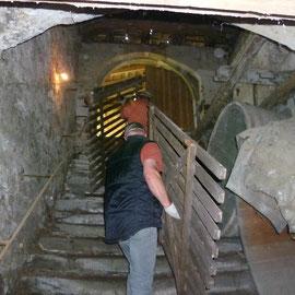 Alles musste per Hand über die Treppe in den Schlosshof