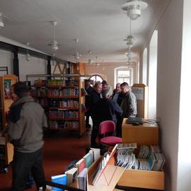 Das Amtshaus wird als Bücherei genutzt. Während der Büchereistunden sind auch die Jugendräume im Obergeschoss geöffnet.
