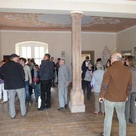 Interessiert hörten die Gäste den Ausführungen über die kunstgeschichtlichen Details und den früheren Zweck und die Nutzung des Renaissancebaus zu.