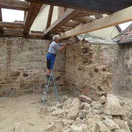 Die Bruchsteinmauer hatte sich gesetzt und war an mehreren Stellen gerissen. Deshalb wurde sie abgetragen und soll dann neu aufgebaut werden.