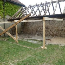 Der Dachstuhl wurde abgestützt, um neue Fundamente einziehen zu können.