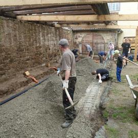 Am nächsten Tag wurde nach dem Ausschalen der Unterbau für die Bodenplatte eingebracht.