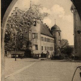 Blick aus dem alten Kirchenportal auf das Schloss (vor 1946)