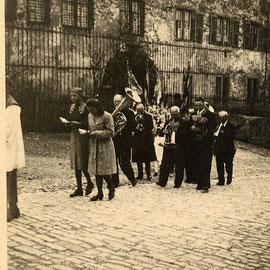 Zug zur Kirche am Weißen Sonntag 1944