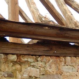 So sah der Gesimsbalken der Remise unter dem Zwischendach aus.
