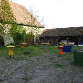 Der festlich geschmückte Schlosshof erwartet die Gäste