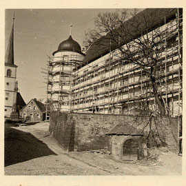 Westfassade bei der Außenrenovierung 1952, mit Gerüst aus Fichtenstangen