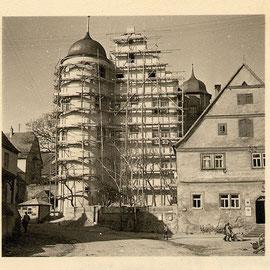 Südgiebel bei der Außenrenovierung 1952; Fa. Kühl, Gerolzhofen