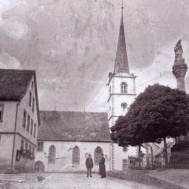 Blick auf die Pfarrkirche St. Peter und Paul mit Mariensäule und Schule