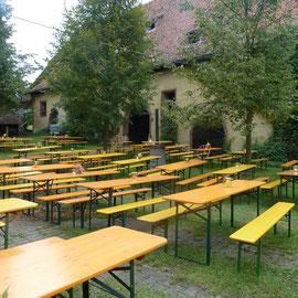 Der bestuhlte Schlosshof vor der Auftaktveranstaltung zum Tag des offenen Denkmals.