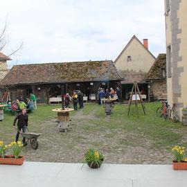 Im Schlosshof bereiteten sich die Helfer auf die Bewirtung der Gäste vor.