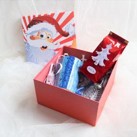 Teegeschenkbox Nikolaus rot, gefüllt mit einer großen blauen von Hand bemalten Tasse, Zuckerstreuer und einer Packungen Tee nach Ihrer Wahl.