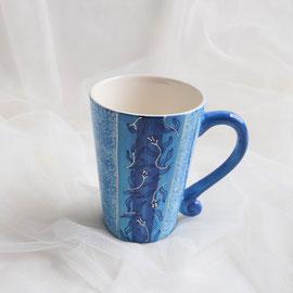Blaue Tasse aus Keramik von Hand bemalt.