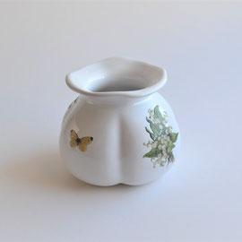 Vase mit Blumen- und Schmetterlingsmotiv