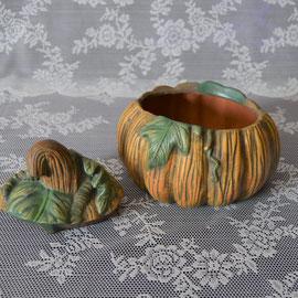 Kürbisdose/Knoblauchtopf aus Keramik mit Deckel.